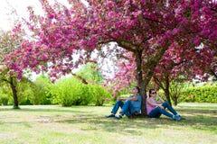 Sommer kommt zur Stadt - die Familie, die unter Baum stillsteht Lizenzfreies Stockbild