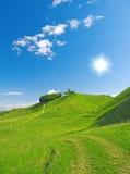 Sommer-Landschaft. Hügel und Himmel stockbild