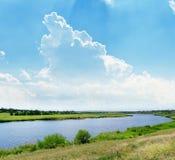 Sommer-Landschaft mit Fluss und Wolken Lizenzfreies Stockfoto