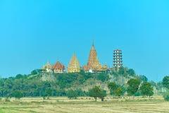 Sommer-Landschaft mit Tempel, grünem Feld und blauem Himmel mitten in dem Tempel ist ein schönes Bild Lizenzfreie Stockfotografie