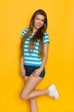 Sommer-Mädchen auf gelbem Hintergrund Stockbild
