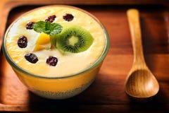 Sommer-Mango-Milchshake mit Chia Seed Pudding Stockbilder