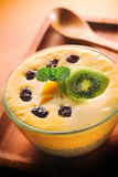 Sommer-Mango-Milchshake mit Chia Seed Pudding Lizenzfreies Stockbild