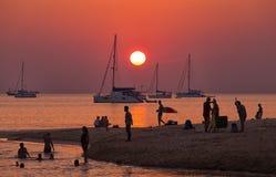 Sommer mit romantischem Sonnenuntergang auf Strand Lizenzfreie Stockfotos
