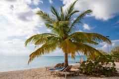Sommer-Mode: Hut und Tasche am Aufenthaltsraum am Strand lizenzfreie stockbilder