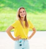 Sommer, Mode und Leutekonzept - glückliche hübsche Frau stockfotografie
