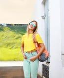 Sommer, Mode und Leutekonzept - recht kühles blondes Mädchen Stockfotografie