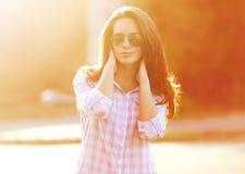 Sommer, Mode und Leutekonzept - schöne sinnliche Frau Stockbild