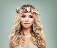 Sommer-Modell mit Blumen auf Kopf Lockiges Haar Stockbild