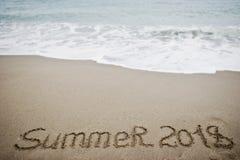 Sommer 2018 Neues Jahr 2018 ist kommendes Konzept Meer und Sand Lizenzfreie Stockfotos