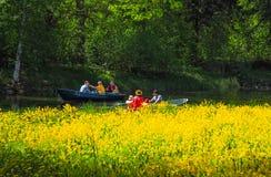 Sommer-Park mit einem See Leute, die mit dem Boot unter dem schönen Grün reisen St Petersburg Der Sommer von 2017 Lizenzfreie Stockbilder