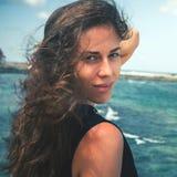 Sommer-Porträt der jungen sexy Bikini-Frau stockfotos