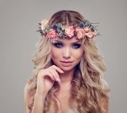 Sommer-Porträt von Schönheits-Mode-Modell-tragenden Blumen Stockfotos