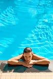 Sommer-Reise-Ferien Frau, die im Pool sich entspannt Gesundes lifestyl lizenzfreie stockbilder