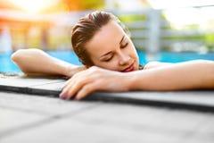 Sommer-Reise-Ferien Frau, die im Pool sich entspannt Gesundes lifestyl lizenzfreie stockfotografie