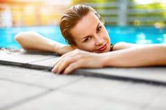 Sommer-Reise-Ferien Frau, die im Pool sich entspannt Gesundes lifestyl lizenzfreies stockbild