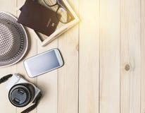 Sommer-Reise-Gegenstände auf hölzernem Kopienraum Lizenzfreies Stockbild