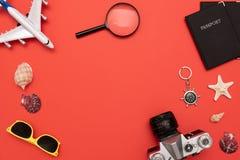 Sommer-Reisezubehör auf rotem Hintergrund lizenzfreie stockfotografie