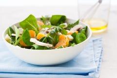 Sommer-Salat mit Raketensalat, Mandarine, Pilzen und Käse Gorgonzola in einer weißen keramischen Schüssel Lizenzfreies Stockfoto