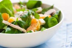 Sommer-Salat mit Raketensalat, Mandarine, Pilzen und Käse Gorgonzola in einer weißen keramischen Schüssel Lizenzfreies Stockbild