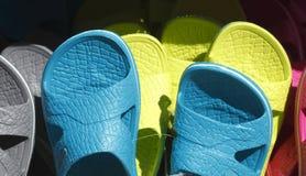 Sommer-Schuhe auf einem Schuhstand stockbilder