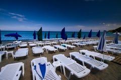Sommer seaview mit Plattformstühlen und Regenschirmen stockbild