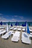 Sommer seaview mit Plattformstühlen und Regenschirmen Lizenzfreies Stockfoto