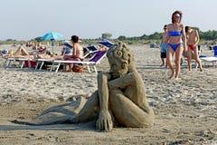Sommer: Skulptur des Sandes auf dem Strand Lizenzfreies Stockfoto