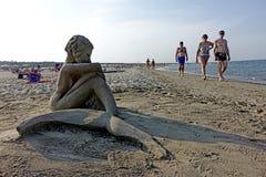 Sommer: Skulptur des Sandes auf dem Strand Lizenzfreie Stockfotos