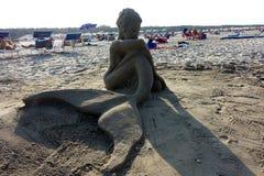 Sommer: Skulptur des Sandes auf dem Strand Stockfotografie
