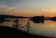 Sommer-Sonnenuntergang auf dem Ladoga Lizenzfreie Stockfotografie