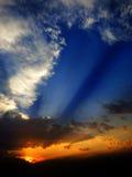 Sommer-Sonnenuntergang mit Strahln-Strahlen des Sonnenlichts Stockfotografie