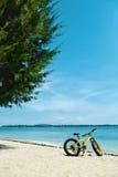 Sommer-Sport-Ausrüstung Fahrrad-Fahrrad mit gelbem Sand auf Strand Lizenzfreies Stockfoto