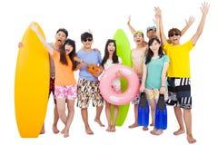 Sommer, Strand, Ferien, glückliche junge Gruppenreise Lizenzfreie Stockfotos