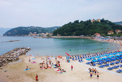 Sommer, Strand und Liguriermeer stockbild