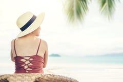 Sommer-Strandurlaub-Frau auf dem Strand in der Freizeit sich entspannen stockbild