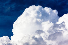 Sommer-Sturm-Wolken-Brauen Stockfotos
