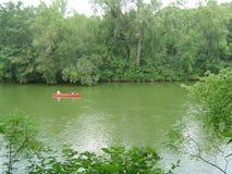 Sommer-Szene - Kanu auf ruhigem Fluss Stockfotografie