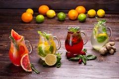 Sommer trinkt mit Eis, Beeren und Zitrusfrüchten Stockbild