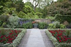 Sommer ummauerter Garten Lizenzfreie Stockfotografie