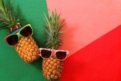 Sommer- und Feiertagskonzept Hippie-Ananas-Mode-Accessoires Stockfotos