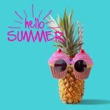 Sommer- und Feiertagskonzept Hippie-Ananas-Mode-Accessoires Stockfotografie