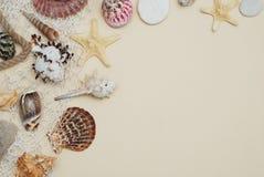 Sommer- und Ferienkonzept Mischung von Oberteilen und von Steinen über Elfenbein-Hintergrund mit Kopienraum für Text Beschneidung lizenzfreies stockfoto
