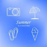 Sommer- und Reiseikonensatz auf Zusammenfassung verwischte blauen Hintergrund zeichen Vektor Lizenzfreies Stockbild