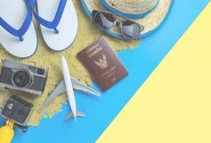 Sommer-Urlaubsreisemode auf blauem gelbem rosa Hintergrund des Sandes stockbild