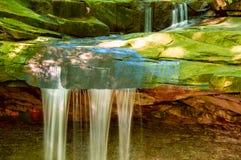 Sommer-Wasserfall Stockbild
