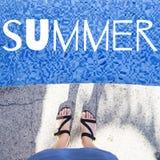 Sommer Weibliche Füße in den Sandalen nahe dem Pool Stockbild