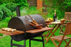 Sommer-Wochenende BBQ-Szene mit Holzkohlen-Grill auf dem Hinterhof stockfoto