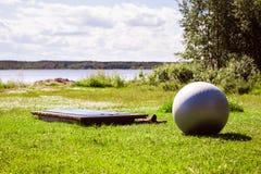 Sommer-Yoga-Ausrüstungs-Einstellung im Freien Lizenzfreie Stockfotos