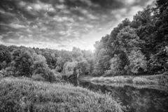 Sommerabend auf der Gebirgsflussschwarzweiss-Landschaft Lizenzfreies Stockfoto